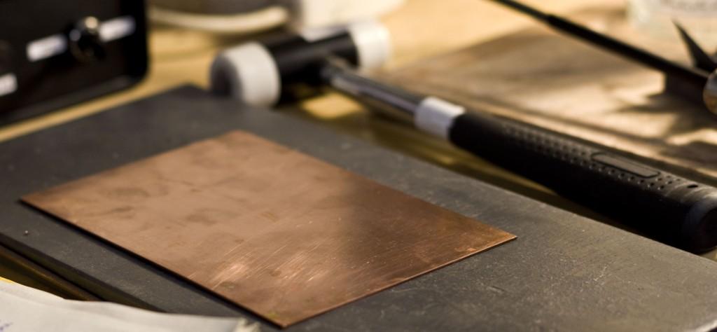 les amateurs de plaques de cuivre nues étant largement sous représenté, je poste ici, pour eux, un petit cadeau : une plaque de cuivre entièrement nue qui vibre de tout ses atomes Cu pour toi lecteur !