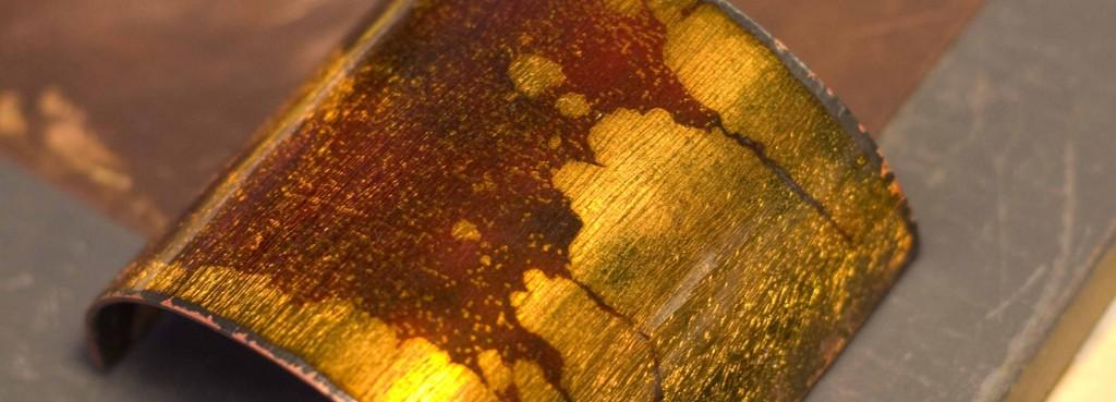 J'ai mis une couche d'émail transparent marron sur du cuivre avec une tâche de calamine
