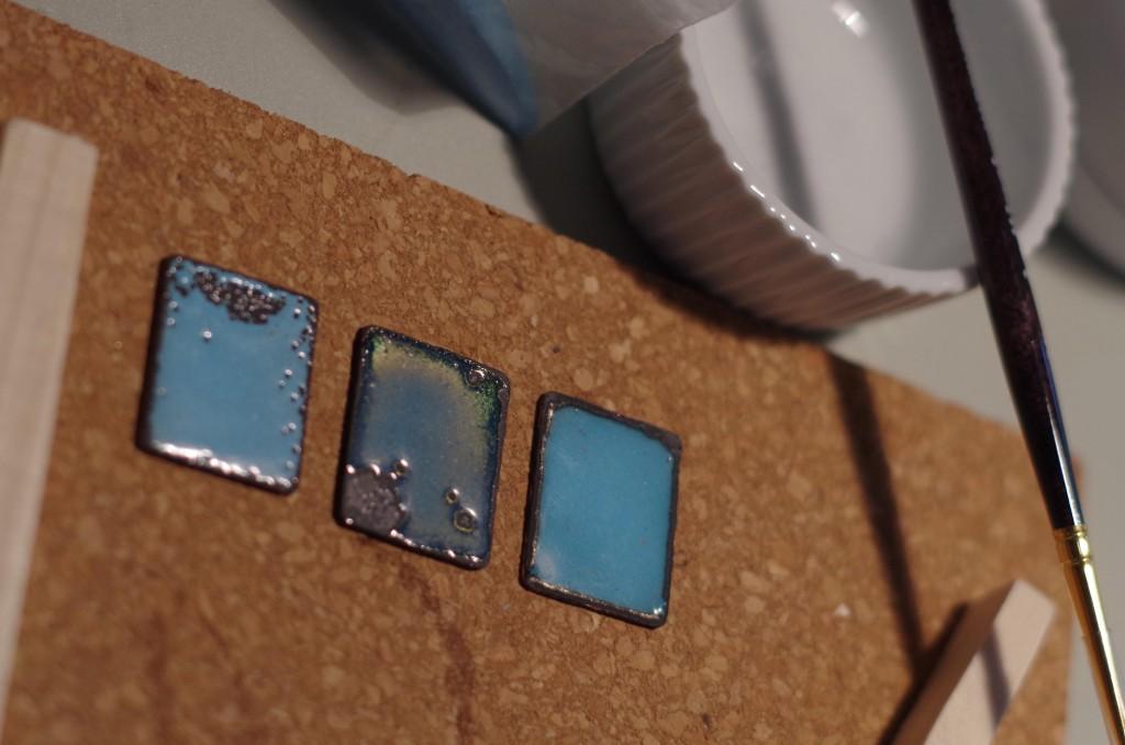 Le même bleu opaque, cuissons différentes
