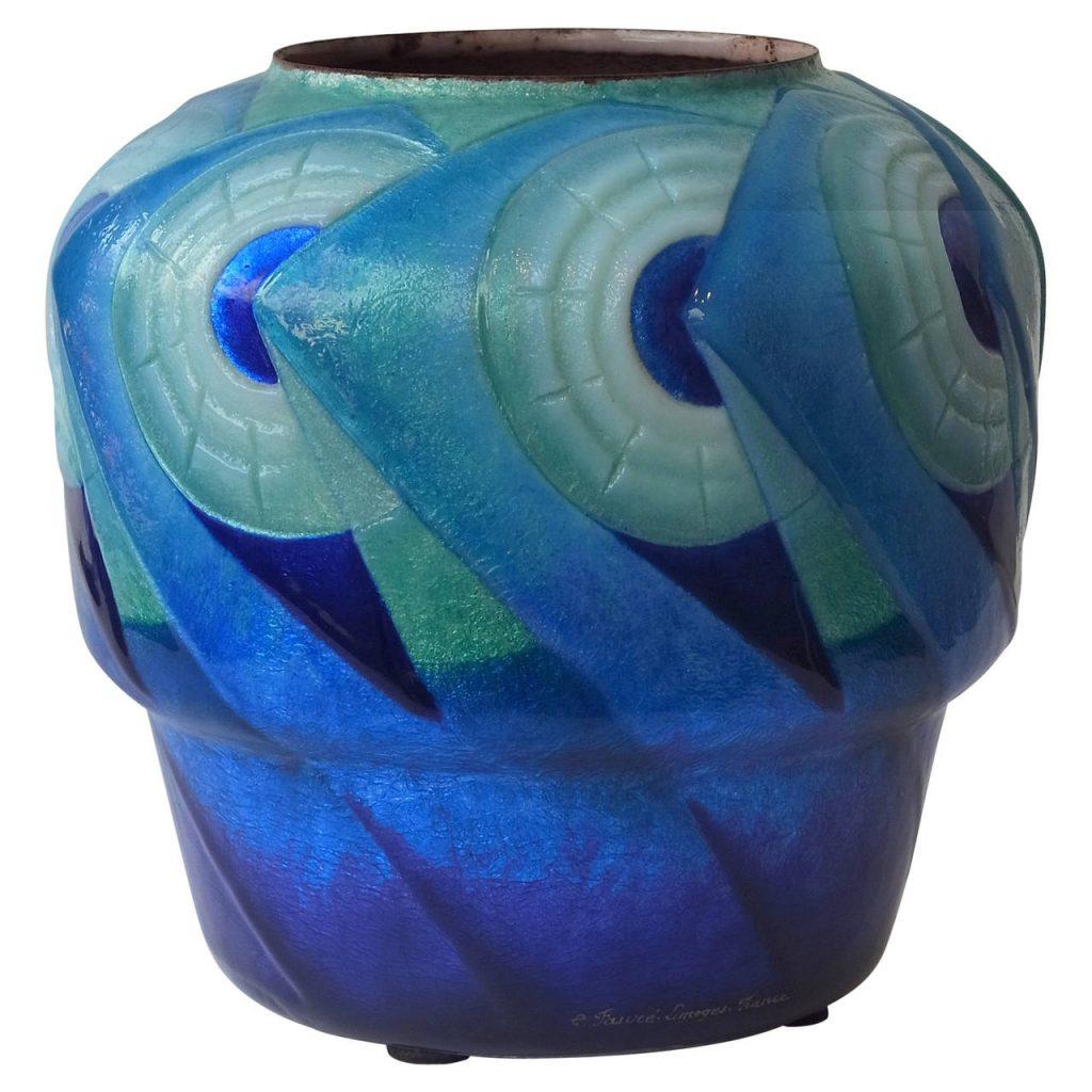 Vase Art Deco émaillé, signé C. Fauré Limoges France, vers 1930. Ce vase possède une forme « Fausta », aussi connue sous le nom de « Fantasio » très rare.