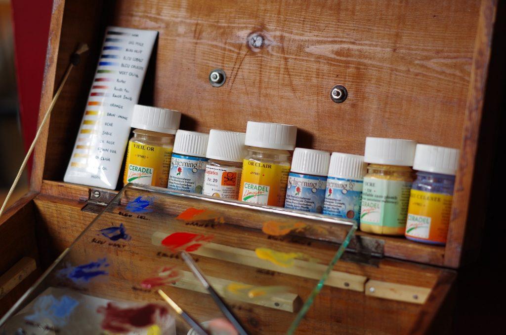 """Petits pots de vitrificables de mon atelier dans leur charmantes boîte en bois, avec la palette de dégradé et la plaque de verre où j'entrepose les """"peintures"""""""