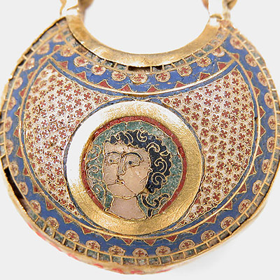 L'art byzantin : Boucle émaillée avec sa pique
